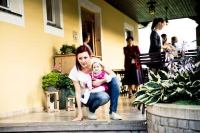 Claudia mit Kind am Weingut