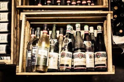 alte Weinflaschen in Holzkisten