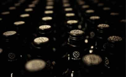 Nahaufnahme von mehreren Motif Weinflaschen
